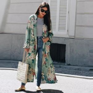 Jackets & Blazers - 5⭐️Fave!  Satin floral kimono duster
